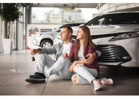 庆祝新的汽车的年轻夫妇_5873016