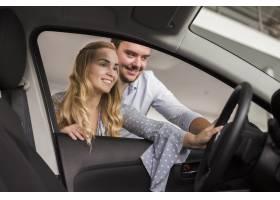 看对汽车的微笑的妇女和人_6318425