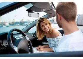微笑年轻美好的夫妇坐在汽车附近的汽车_7599991