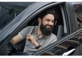 微笑的年轻人当驾驶汽车时_7120132