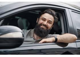 微笑的年轻人当驾驶汽车时_7120133