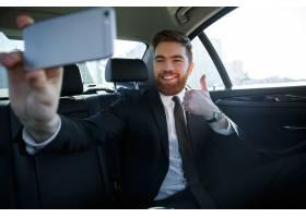 微笑的成功的商人采取selfie_7859553