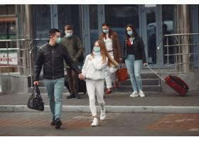 离开机场的旅行者戴着防护面具_7282338
