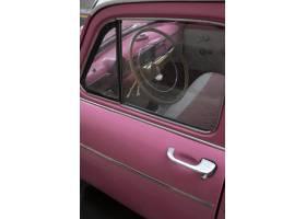 粉红色的汽车靠近老汽车_8251735