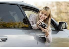 拍从汽车的白肤金发的妇女_5999615