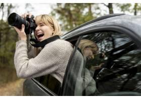 拍摄从移动的汽车的妇女_5999576