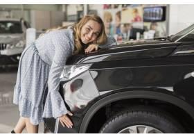拥抱现代汽车的微笑的妇女_6318341