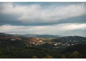 美丽的风景射击了掩藏在树中的一个镇在一个_8409133