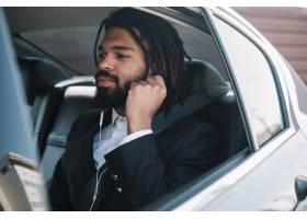 美国黑人男子听音乐_7709803