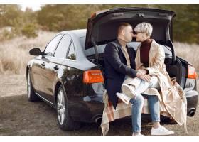 美好的夫妇在秋天领域花时间_6423840