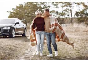 美好的夫妇在秋天领域花时间_6423844