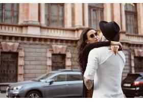 一对年轻性感的情侣在街上_8591697