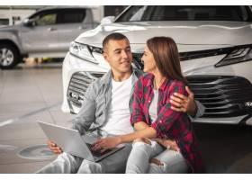 一起年轻夫妇在汽车经销商_5873008