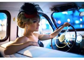 与明亮的构成和卷曲发型的美丽的性感的时尚_6883030