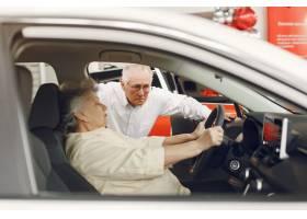 典雅的老夫妇在汽车沙龙_7376621