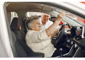 典雅的老夫妇在汽车沙龙_7376622