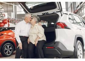 典雅的老夫妇在汽车沙龙_7377045