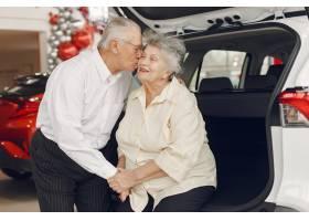 典雅的老夫妇在汽车沙龙_7377047
