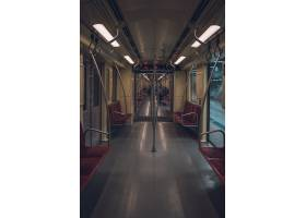 在一个空的地铁列车里面_7810344