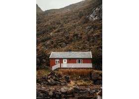 在山和岩石附近的红色小屋_8024214
