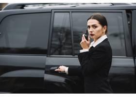 在汽车前面的安全妇女_6528035