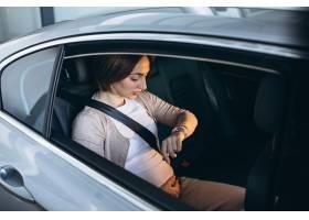 驾驶在汽车的年轻孕妇到医院_7435577