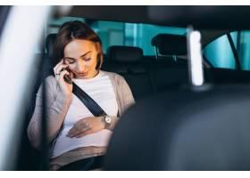 驾驶在汽车的年轻孕妇到医院_7435579