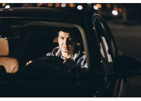 驾驶在路的人一辆汽车_5852198