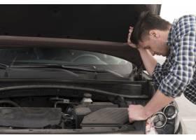 试图修理汽车的而麻枫侧视图人_7715127