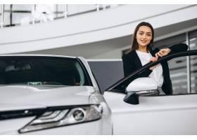 选择一辆汽车的妇女在汽车陈列室_5852275