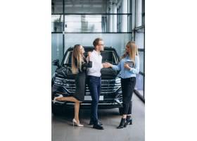 选择一辆汽车的年轻夫妇在汽车展览室_5915133