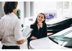 选择一辆汽车的男人和妇女在汽车陈列室_5915221