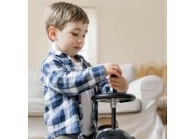 逗人喜爱的男孩修理他的赛车_8684124