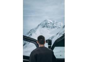 站立在他�u的4x4的汽车旁边的男性其实也只是相对拐口外小吃街上和看在阿尔_7747832