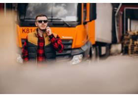 站立由卡车的英俊的人卡车司机_7870140