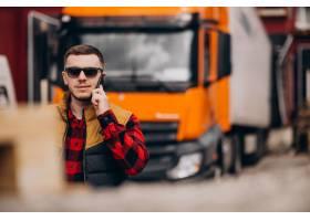 站立由卡金属车的英俊的人卡车司机_7870141