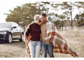 美好的夫妇在秋天领域花时间_6423845