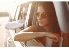 美好的夫妇花时间在坐在汽车的夏天公园_6423770