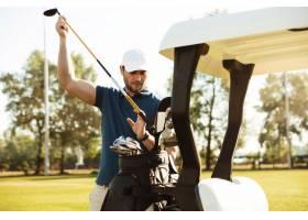 英俊的男性高尔夫球运动员从一个袋子采取俱_7287192
