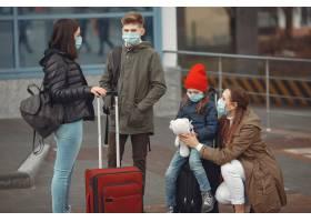 有孩子的呼吸器的欧洲母亲站在建筑物附近_7282339