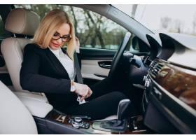汽车的女商人在商务旅行_7869753