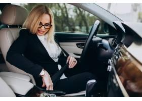 汽车的女商人在商务旅行_7869754