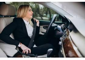 汽车的女商人在商务旅行_7869755