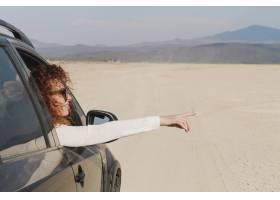 汽车旅行的妇女_7820123