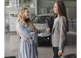 汽车经销商谈话与美丽的妇女_6318427