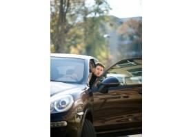 漂亮的高加索司机正在从在城市街道上的被打_7251099