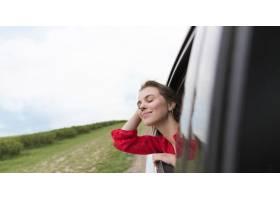 特写镜头妇女在汽车_8666017