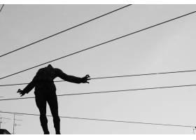 特写镜头射击了一个人的剪影在空气的有缆绳_7908949