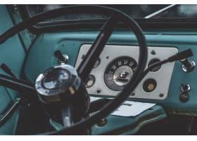 特写镜头射击了一个黑方向盘在蓝色汽车里面_7810495
