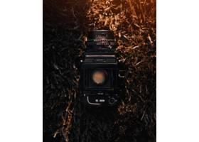 特写镜头射击了一位专业陆照相机在草_7822623